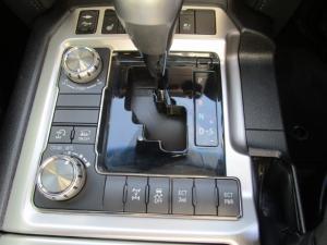 Toyota Land Cruiser 200 V8 4.5D VX-R automatic - Image 32