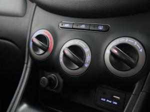 Hyundai i10 1.1 GLS/MOTION - Image 13