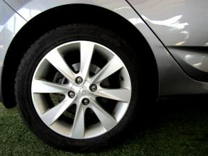 Hyundai Accent 1.6 Fluid automatic 5-Door - Image 8