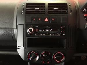 Volkswagen Polo Vivo sedan 1.6 Comfortline - Image 12