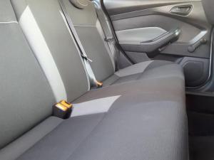 Ford Focus sedan 1.6 Ambiente - Image 17