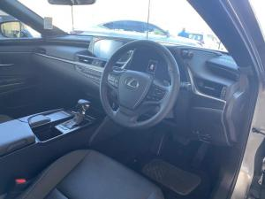 Lexus ES 300h EX - Image 4
