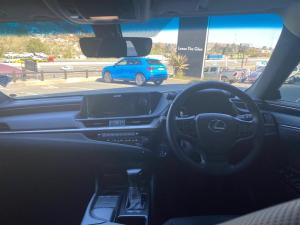 Lexus ES 300h EX - Image 6