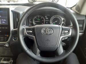 Toyota Land Cruiser 200 4.5D-4D V8 VX-R - Image 8