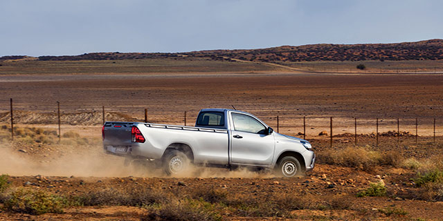 2.4 Hilux Single Cab 4x4 slide 3